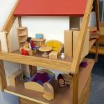 Eingerichtetes Puppenhaus mit Keller und Dachboden.