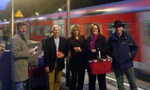 Frühmorgens an der S-Bahn in Ratingen: Beginn der 72-Stunden-Schlussoffensive.