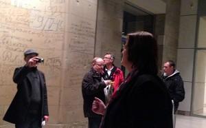Kerstin Griese führt ihre Gäste durch das Reichstagsgebäude und zeigt ihnen die alten russischen Graffiti.