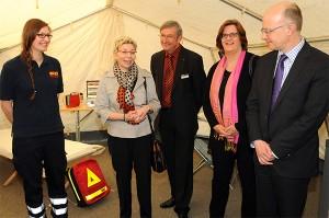 Eine Vertreterin des ASB Düsseldorf mit Gödecke, Scholz, Griese und Stricker im Zelt, das bei Einsätzen aufgebaut wird.