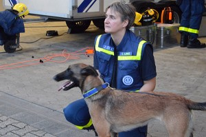 Catrin Lemke mit Rettungshund Neele.