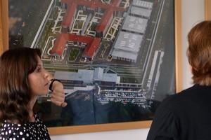 Elke Krüger erläutert die Funktion der JVA-Gebäude.