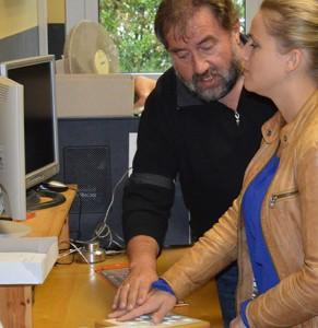 Dieter Harodt zeigt Verena Bentele eine speziell entwickelte Maus-Steuerung.