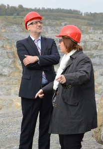 Der Minister und Kerstin Griese im Steinbruch.