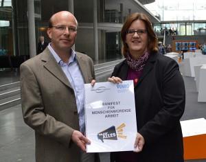 Venro-Vorstandsmitglied Albert Eiden (Kindernothilfe) übergibt Kerstin Griese das Manifest.