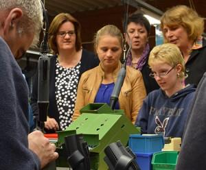 Kerstin Griese, Verena Bentele, Ulrike Haase und Sibylle Boeck informieren sich über die Fertigung der Staubsaugerdüsen.