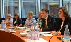 Diskussion im Saal des Ausschusses für Arbeit und Soziales.