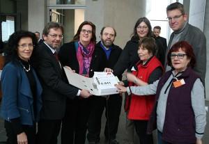 Ausschussvorsitzende Griese nimmt 6841 Protestunterschriften vom DGB Berlin-Brandenburg entgegen.