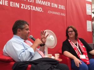 Am Stand des AK ChristInnen in der SPD (AKC), der Jusos und der AsF: Sigmar Gabriel im Gespräch mit AKC-Sprecherin Kerstin Griese.