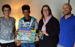 Kerstin Griese schenkt der Wohngruppe zwei Spiele (mit Tania Meissner, Yuel und Andreas Kemme).
