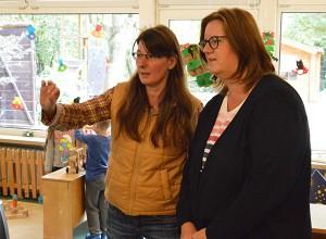 Einrichtungsleiterin Melanie Kerscher zeigt Kerstin Griese die Kita.