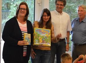 Kerstin Griese schenkt der Kita zwei Spiele (mit Melanie Kerscher, Pfarrer Matthias Leithe, Ratsherr Bernd Falkenau).