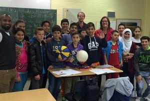 Kerstin Griese MdB hat der DaZ-Klasse einen Fuß- und einen Basketball als Willkommensgeste mitgebracht.