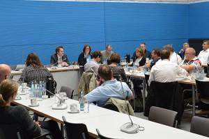 Im Marie-Juchacz-Saal des Reichstagsgebäudes: Kerstin Griese unterrichtet ihre Gäste über die in der Nacht getroffenen Entscheidungen des Flüchtlingsgipfels.