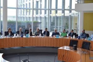 Diskussion in einem Ausschusssaal des Paul-Löbe-Hauses über die Sozialpolitik und den Arbeitsmarkt.