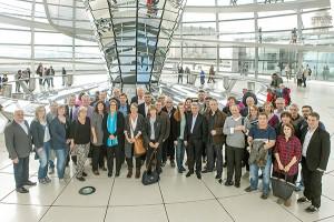 Kerstin Grieses Gäste formuieren sich nach Abschluss der Tagung zum Foto unter der Reichstagskuppel. (Foto: Bundesbildstelle)