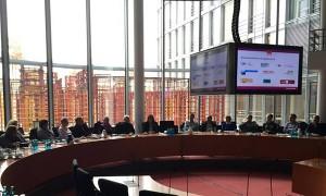 Kerstin Griese erläutert im Ausschusssitzungssaal die Arbeit des Bundestages.