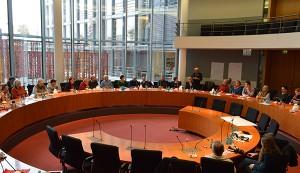 Im Ausschusssitzungssaal des Paul-Löbe-Hauses: Debatte über die Arbeitsgruppenergebnisse.