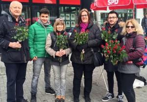 Die Velberter SPD verteilt Rosen zum Weltfrauentag.