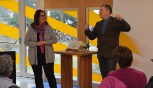 Kerstin Griese und Pfarrer Joachim Lenz, Leiter der Stadtmission, sprechen über die Berliner Obdachlosenhilfe.