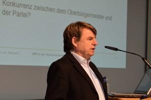 Ulrich von Alemann referiert über die Situation der SPD in den Kommunen.