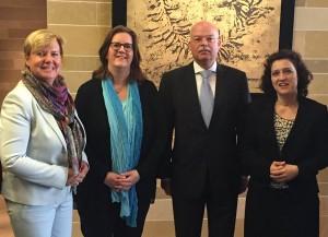 In Tel Aviv: Eva Högl MdB, Kerstin Griese MdB, Botschafter Clemens von Goetze, Carola Reimann MdB.