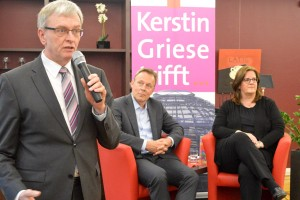 Diakonie-Chef Jörg Hohlweger, Hausherr im Kaffee+Kunst, hat zu Beginn der Veranstaltung die 120 Gäste begrüßt.