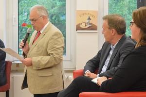 Der stellvertretende Bürgermeister Wolfgang Preuß hebt in seinem Grußwort die Bedeutung des Grundgesetzes für die Gesellschaft hervor.