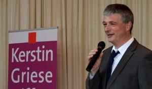 Pfarrer Gert Ulrich Brinkmann begrüßt die Gäste im Haus am Turm der evangelischen Gemeinde Ratingen-Mitte.