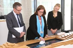 Georg Jennen, Kerstin Griese und Pia Müller mit einem Exponat der Mitsubishi-Electric-Ausstellung.