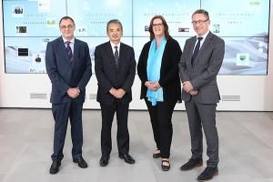 Frank Küper, Yuji Suwa,  Kerstin Griese und Georg Jennen vor der Multimediawand im Foyer von Mitsubishi Electric.