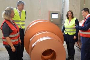 Personalleiterin Britta Wiese, Wieland-Vorstand Dirk Altstetter und Kerstin Griese lassen sich von Dirk Herrmann die Fertigung zeigen.