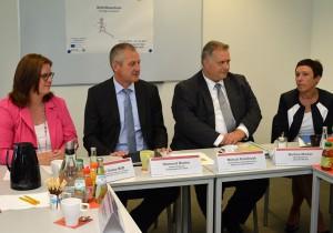 Kerstin Griese, Raimund Becker, Marcus Kowalczyk und Martina Würker informieren sich im Bildungszentrum der Wipa.