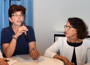 Andrea Wissemann und Dagmar Czerny erläutern die Pflegepraxis in Velbert.