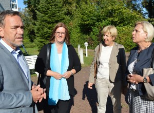 Franks Hohl, Kerstin Griese, Elisabeth Müller-Witt und Hilde Mattheis im Garten des Haus Salem.
