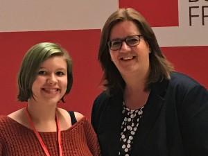 Die Mettmanner Schülerin Holly Doubleday und Kerstin Griese.