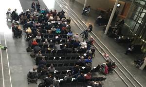 Die Anhörung wurde live ins Foyer des Paul-Löbe-Hauses des Bundestages übertragen.