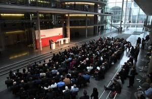 Thomas Oppermann eröffnet die Konferenz im Paul-Löbe-Haus.