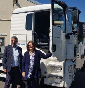 Der Knorr-Bremse-Betriebsratsvorsitzende Ahmed Yildiz und Kerstin Griese vor dem ferngesteuerten LKW.