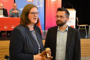Kerstin Griese bedankt sich bei Thomas Kutschaty mit einem Neandertal-Mammut