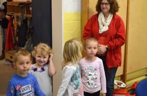SPD-Ratsfrau Manuela Janssen und einige Kita-Kinder