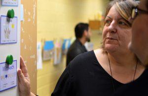 Kirsten Langenkamp erläutert Kerstin Griese die Sprachförderkonzepte
