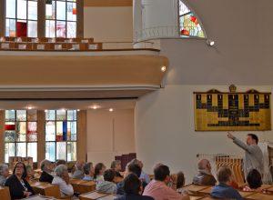 Ein Blick auf die ellipsenförmige Architektur der Synagoge
