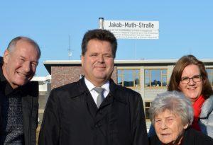 Am Straßenschild der Jakob Muth Str. in Heiligenhaus: Muth, Dusel, Griese