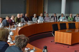 Angeregte Debatten im Saal des Bundestagsausschusses für Arbeit und Soziales