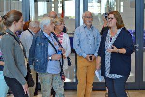 Kerstin Griese zeigt ihren Gästen das historische Reichstagsgebäude